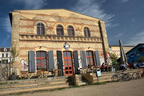 Terras, Restaurant, Club en Partygarten 'Das Edelweiss' was ooit een station