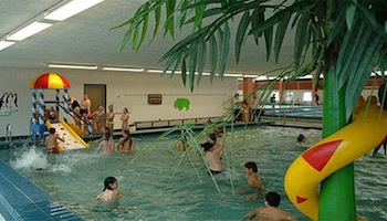Hout beton schutting schuttersveld zwembad openingstijden
