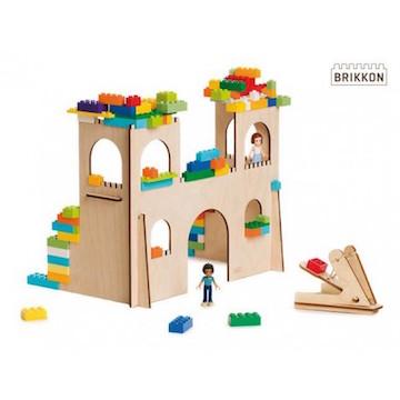 Met de houten doorbouwplaten van BRIKKON bouwen kinderen de mooiste fantasiebomen en prinsessenkastelen. Gewoon, met de LEGO die ze al hebben.