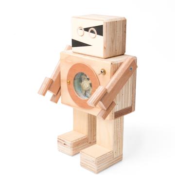 Limited Edition Rijkswachter; in zijn buik zit een diorama: een stilleven, aangelicht met LEDlampjes.