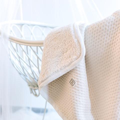De collectie Soft Dots biedt uitkomst met tal van praktische, tijdloze producten die tegelijkertijd het hele interieur verfraaien. Fairandcute_NL_soft dots - deken teddy