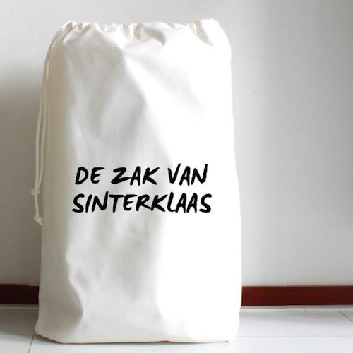 Veel mooier dan zo'n jutte zak! Deze zak van Sinterklaas kan je kopen bij Koetjes en Kaartjes.