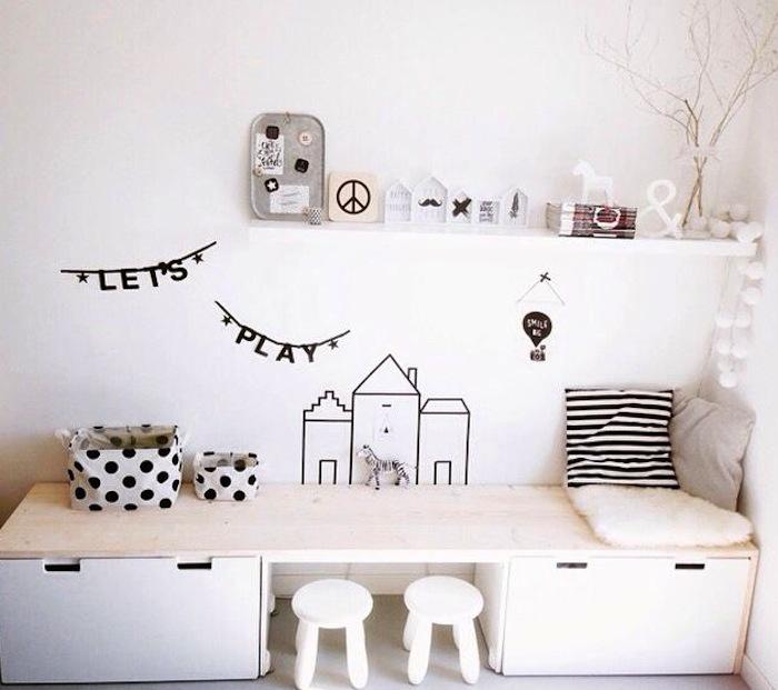 Krukjes en ladeblokken van IKEA met daar bovenop een plaat blank hout ...