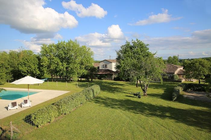 Boulede Frankrijk zwembad met huizen