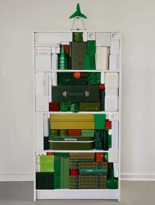 6-kerstboom-van-een-kast-met-groen-en-witte-spullen-erin