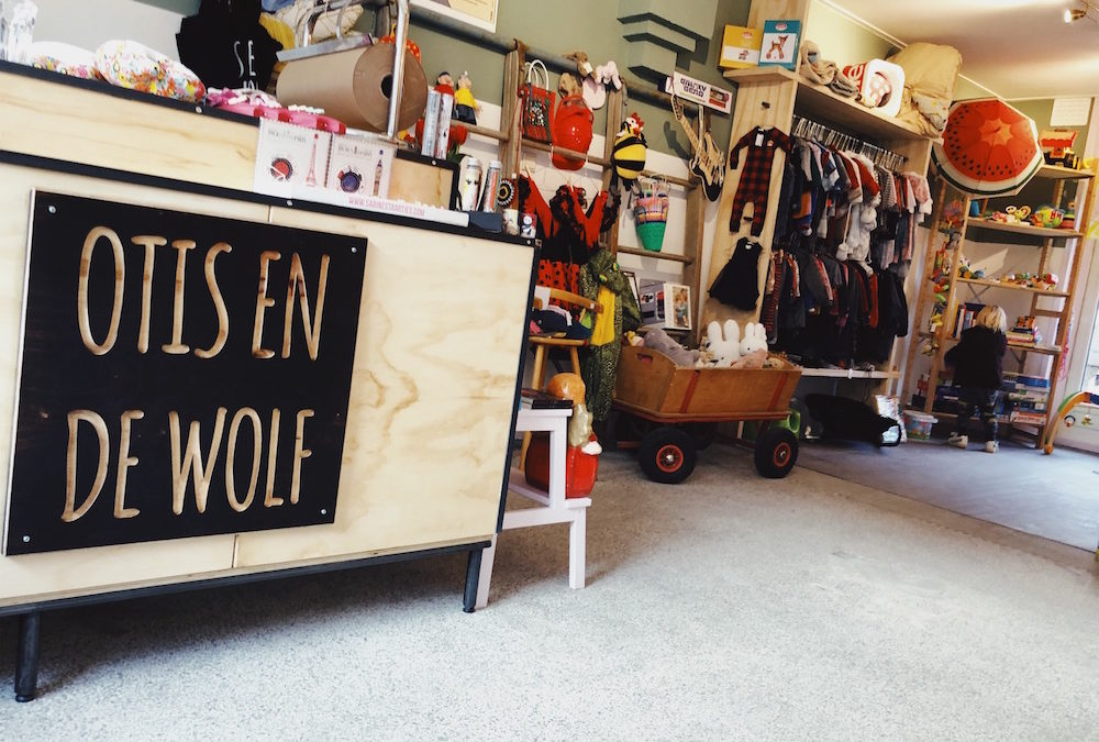 OTIS & DE WOLF; NIEUWE KINDERWINKEL VOL MET TWEEDEHANDS & NIEUWE KLEDING
